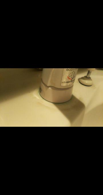 洗面所のこの緑カビ?の部分とその周りの輪の形の水垢みたいな茶色い汚れが何をしても取れません。 どなたか落とし方知りませんか?