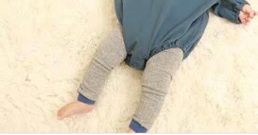 生後5ヶ月、お出かけ服についてです! 散歩やお買い物の時用で 画像のような ボディスーツ(肌着)+レギンス の上にスウェット生地の長袖の服を着るのは おかしいですか???