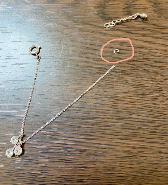 自分のもう使わなくなったネックレスをドール用に活用しようと思い、今さっきラジペンとニッパーでネックレスを短くカットし、外したんですが チェーンの穴が細すぎて、アジャスターとの間の輪っか(写真のピンクの◯で囲んでいるもの。Cカン?)に通りません。 でも元はチェーンとその輪っかは繋がっていたので技術があれば通るのだとは思うのですが… アジャスターは輪が大きく簡単に通るので、チェーンにさえ通ればあとは簡単なのですが… しばし苦戦してましたが、自分の技術(無い)では無理そうで この状態を打開するにはどうしたら良いでしょうか? もっと細いCカンがあるならそれを購入するかとも思うのですが、このCカンもかなり細いのでもっと細い物があるのかどうかもよく分かりません。 ネックレスなどの修理のプロに頼むしかないでしょうか。 こういうハンドメイド(?といえるものではないですが)に疎いので、何かアドバイスなどありましたらご教授いただけるとありがたいです