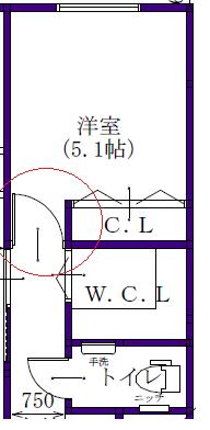 ドアの開きについて 間取りで、丸を付けた部分のドアの開きについてお伺いしたいです。 通路の有効が750なのでドア厚とドアノブが壁に当たることを考えるとドアの開きってとても小さいものになりますよね?? 大きい家具などを入れる予定はないですが、将来どうなるかはわからないので、ドアの位置はクローゼットの建具のラインに修正した方がまだ良いと思われますか?