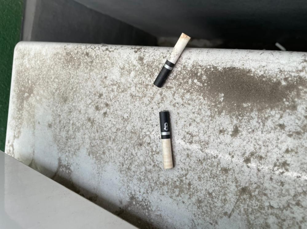 家1階のベランダにタバコの吸い殻が捨てられているのを発見しました。 少しでも犯人特定に繋げたいのですが、こちらの銘柄が何かわかる方いらっしゃいますか? 家族で喫煙者はいません。 よろしくお願い致します。