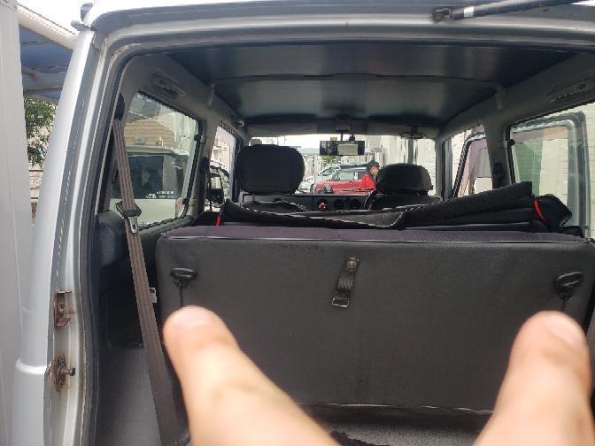 ジムニーja12w乗りです。 後部座席のシートカバーを着けようとした所、写真の指を差した部分の外し方が分かりませんでした。知識のある方外し方を教えてくれませんでしょうか…