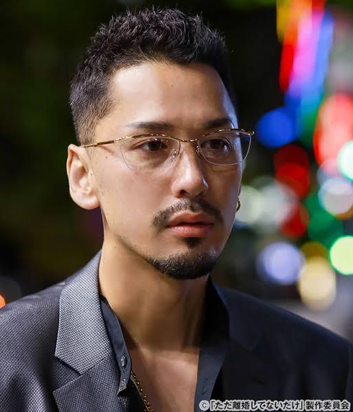 『ただ離婚してないだけ』に出演されていた佐野義文役の深水元基さんが使用されていたメガネのブランドと型が分かるかたおられましたら教えてください(^^)/