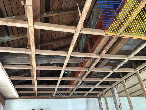 鉄骨の断熱等につきまして、 一部吹き抜けにする予定なのですが、天井を解体すると木製梁を鉄骨で挟んである補強梁がありました。 形状→]⬜︎[ ( ]=鉄骨、⬜︎=木製) 青斜線に壁、黄色斜線に天井を施工してふさぐ予定(画像奥まで)ですが、鉄骨の部分には断熱や透湿シート等の設置が必要でしょうか? ご回答よろしくお願い致します。