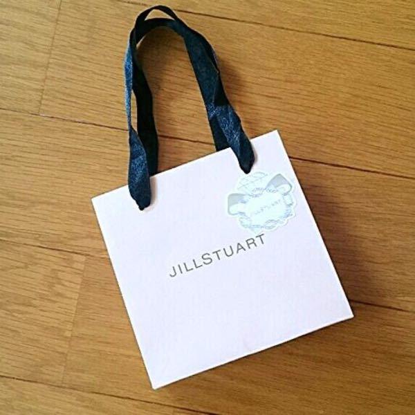 大至急 JILLSTUARTのリップバームを友達にオンラインショップで購入してプレゼントしようと思うのですが、有料ギフトラッピングを購入しなくてもこのようなショッパーは一緒に届きますか?