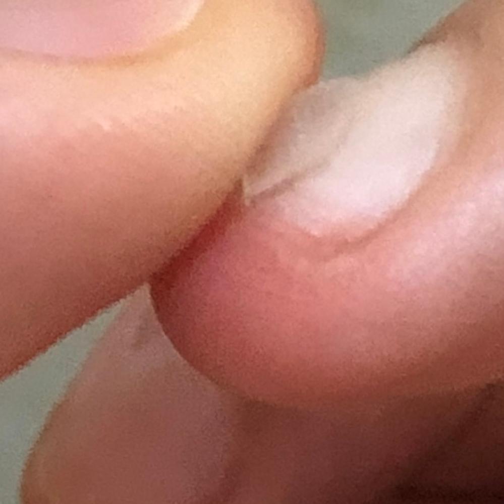 半分まで爪をめくってしまったのですが、最後までめくると痛いじゃないですか? 途中までめくったらみなさん爪切りで切ってますか?