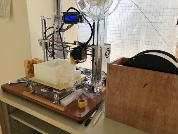 3Dプリンターの造形が上手くいかなくて困っています。 PLAで造形をしているのですが、1㎏のフィラメントのときは上手くいって、3㎏のものにしたら写真のようにスカスカになってしまいました。 どうやらフィラメントが上手く送り出せていないようです? これはフィラメントが重すぎて、モーターで送り出せていないのでしょうか? それとも、フィラメントの重さは関係ない? 写真右側にあるのがフィラメントのロールで、とりあえず手で回したらスムーズに動く感じではあります。