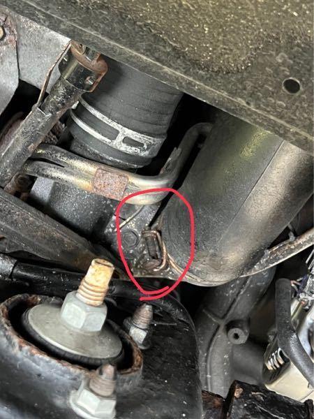 タイヤハウス内から撮影した写真になるのですが、 エアインテークを止めているホースクランプの頭がネジ切れてしまいました。 プラスドライバーか、8or10mmのレンチでネジを緩めてホースクランプが外れるタイプの物なのですがこれを取り外すにはミニルーターなどの工具でホースクランプを切断するしか方法はありませんでしょうか? うまく取り外せる方法が思いつかれる方はご教授お願いします。