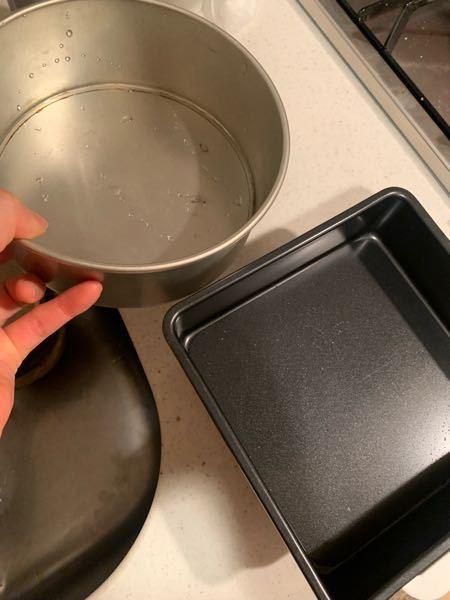 こういったケーキの型って 電子レンジでチンできませんか? 2つとも底が板になっているやつです! やりたいお菓子作りの内容は、 お豆腐、おからパウダー、ココアパウダー てんさい糖、ラカント、卵を混ぜて 500Wで5分チンして冷やすケーキ?みたいなものを作りたいです。 お菓子つくり オーブンレンジ ケーキ作り ココアパウダー おからパウダー