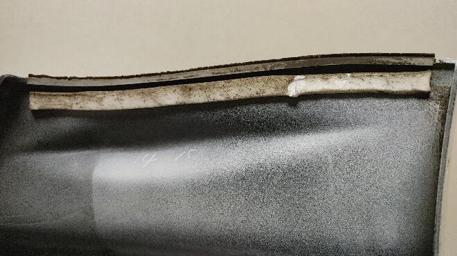 トヨタ86にフロントバンパースポイラー中古品つけますが、写真の部分の貼り付けはどのようにすればいいですか? 写真は厚みのあるスポンジ両面テープですが、汎用品がみつかりません。 スポンジを脱脂してから両面テープを上に貼る方法でもいけますか?