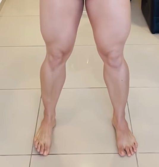 大学生で部活をやっている女性です。 現在は結果を出す為に日々しっかりトレーニングをしている為、脚の筋量はかなりあります。腿周りも測ってみたら67cmありました。 ただ今後部活を引退したとき、将来的はこの脚の前では嫌だと思っています。流石に何もやらなくなったら細くなりますよね?元々は少し筋肉質くらいでした。