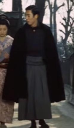 明治時代を舞台にしたとある映画に出てきた、こちら男性が袴の上に羽織っている着物の名称を教えてください!よろしくお願いいたします。