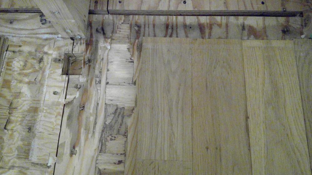 無垢の床材を使用して家を建てました。2年ほど前から床材が湿り、濡れたような変色をみせています。水漏れの会社も2社ほどみてもらい、建築会社も原因がわからずです。 先日床材と壁を剥がし現在雨が降った...
