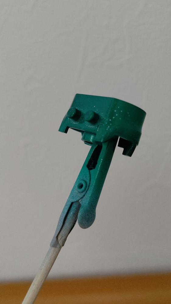 プラモデルの缶スプレー塗装で画像のような塗り残しを防ぐ方法はありますでしょうか。何度も塗り重ねるのは色が変わってしまうため出来るだけ避けたいです。