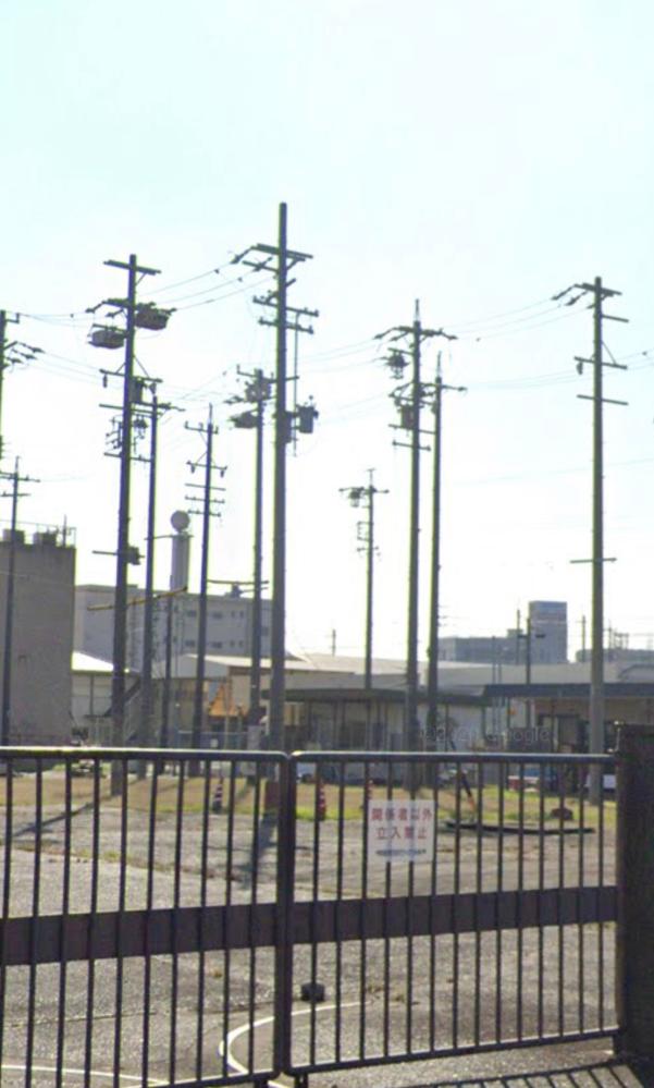 この写真のように敷地に大量の電柱?がある場所があります。引っ越し予定地の隣なのですが電磁波とか色々気になって… 中部電力の施設らしいのですがこれは何かわかる方教えて頂きたいです。
