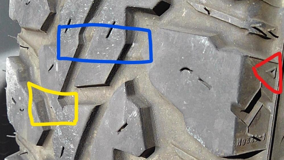 スリップサイン?プラットホーム? 車両:JB64W ジムニー タイヤ:ヨコハマジオランダーMT サイズ:185/85R16 スリップサインは青色の四角で 赤い三角がその位置を 示していると思います。 黄色の四角は プラットホームでしょうか? スタッドレスじゃないのに? もうオフロードでは使えないの 警告でしょうか? ちなみに プラットホーム プラットフォーム どっちが正でしょうか?