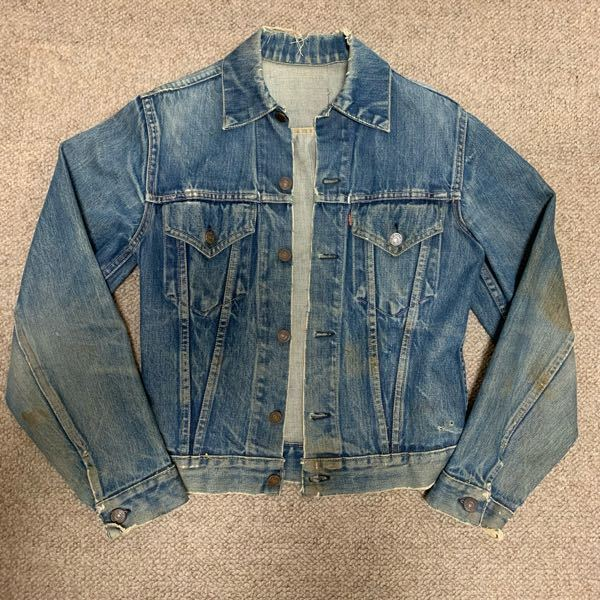 母から頂いたリーバイスのデニムジャケットなのですが、 年代や価値がわかる方教えて頂きたいです! ボタン裏はDでした!