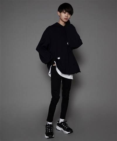 Whinnyというブランドで見かけるこのモデルさんなんですが、この方が履いてる靴を知りたいのですが知ってる方いませんか? 画質が悪くてすみません