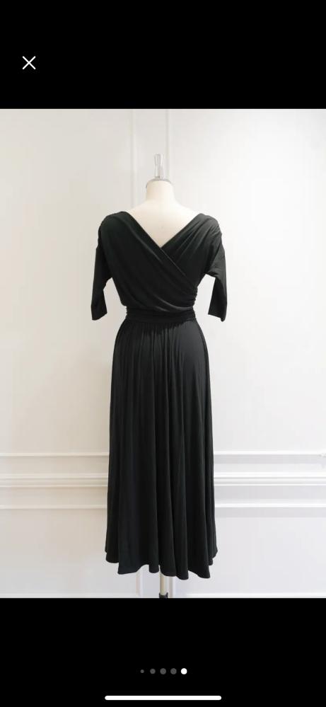 一月の友人の結婚式、披露宴に参列予定です。 このドレスはデコルテが出ますが胸はぴったりしてるので屈んでも見えない造りです。 マナー的に問題ないでしょうか? 素材はレーヨン94%、ポリエステル6% です。