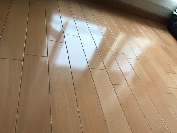 クッションフローリング?の床です。 入居して4年になります。 写真のように入居時から傷があったり、床がぽこぽこと凹んでいました。大体どのくらい張り替えていないのでしょうか? 来年の2月には退去するのですが、床の全張り替えすルト全額請求されますか?それとも経年劣化に当てはまるのでしょうか?