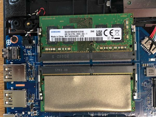 メモリの増設がしたく裏盤外したら、このような構造になっていました。 付け替える際、上のバーコード書いてある方か銀の方どちら外せばいいのでしょうか? 付け替えるメモリはノートパソコン用DDR4の16GBのメモリ1つです。