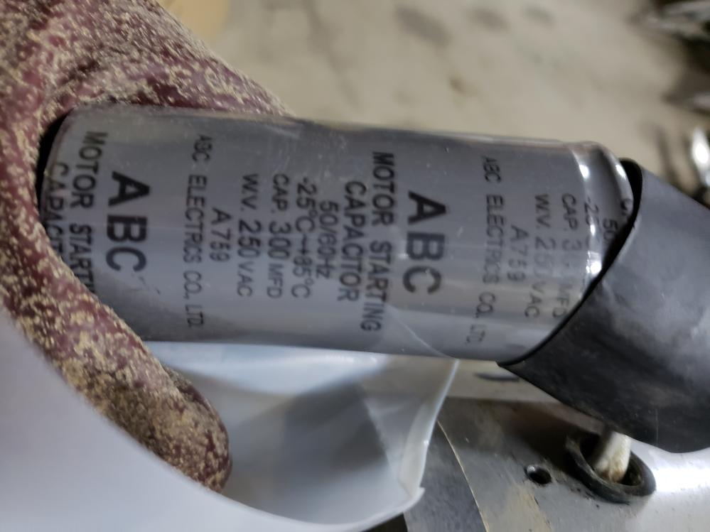 藤原産業エアーコンプレッサーAB20-30の故障について。 数日前からこのコンプレッサーが起動してモーターが回るが、何回か弱弱しく回転した後、サーキットプロテクターが働き、電源が落ちてしまうとい...