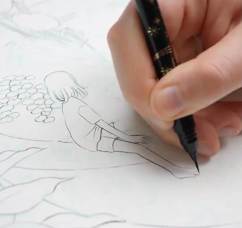 画像のペンの名前が知りたいです。 イラストを描いていて、水彩でも滲まず、絶妙なザラ付きや細さの表現のできる筆ペンを探しています。 あるイラストレーターさんの動画でまさに探し求めていた筆ペンを見つけたのですが、メーカー名など分からず、お尋ねします。 長年いろいろと探し求めてきたので、どうにかしてこのメーカーさんのペンを使って絵を描いてみたいです。 ボディ部分にラメでキラキラしたイラストが入っているのが印象的なペンです。 よろしくお願いします。