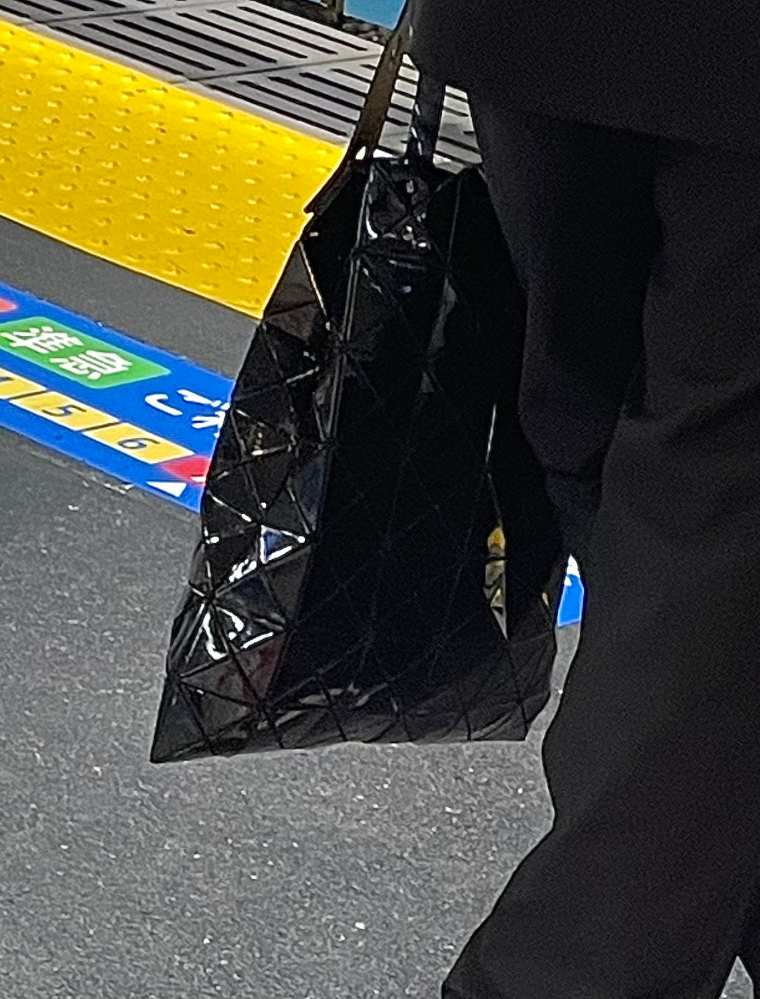 こちらのハンドバッグ、どこのブランドのものかお分かりになる方いらっしゃいますでしょうか?