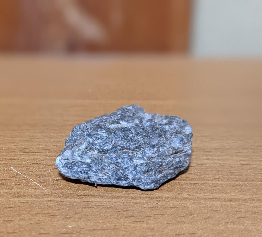 薄い層状になっていて、銀色の光沢が有り微かに透明な成分が混じっています。この石の名前は何でしょうか。