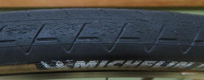 ロードバイクのタイヤについてです。 ミシュランのダイナミッククラシックを使っているのですが、画像のようなヒビが、買って2ヶ月位からドレッドに出てきました。(すり減っていないし、サイドには一切ヒビ...