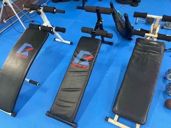 トレーニングジムのこの器具を使って腹筋をすると、腹筋より太ももに負荷がくるのですが正しく使えてるでしょうか?