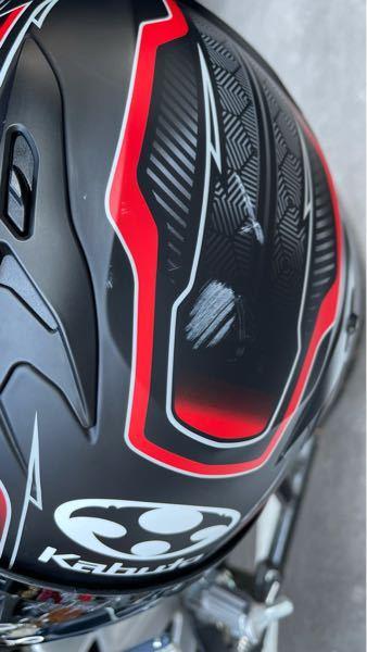 艶消し系バイクヘルメットの傷を少しでも目立たなくする方法があれば宜しくお願いします。出来れば他の部分にダメージが入らず、何も無かったかのように見せたいです。 買い替えろ回答は無視します。 OGKKabuto Kamui-3 CIRCLE フラットブラックレッド