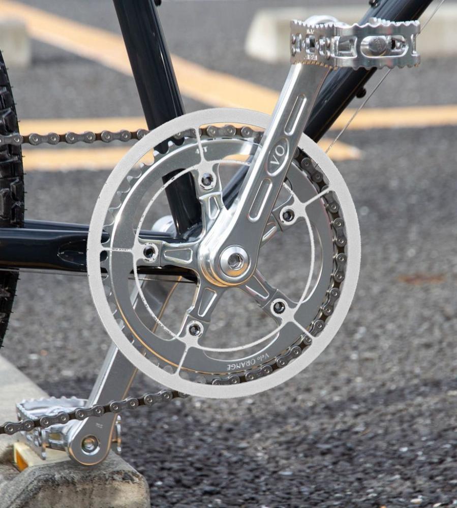 大きすぎるチェーンガードについて。 自転車のクランクセット(シングル)を買おうと思っています。 そこで未使用のチェーンガードが手元にあったので取り付けようと思ったのですが、 これがトリプルクランク用の物なので規格的には取り付けられるもののサイズが合いません。 機能は果たしてくれそうですが、画像ではめ込んでみるとだらしないようなそうでもないようなとわからなくなったので客観的に見てどう思うかご意見ください。