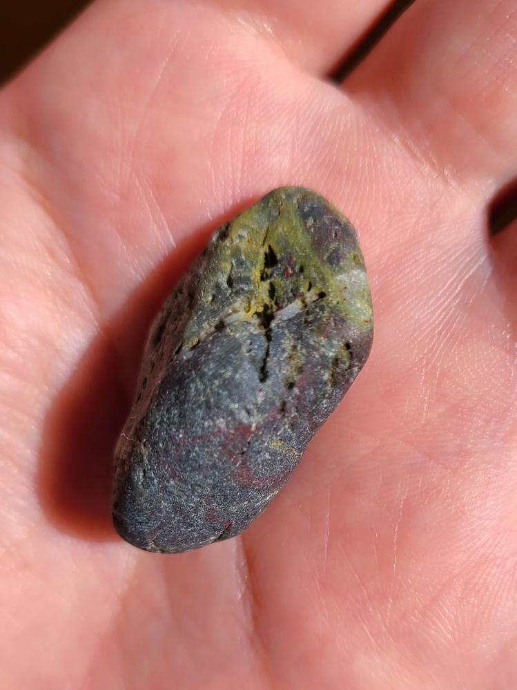この石は自然の色ですか? 静岡県の海岸で拾いました。 赤や黄緑っぽい色が混じっていて珍しいなと思い手に取りました。 汚れかもしれないと思い除光液で拭いてみましたが色は落ちませんでした。 詳しい...