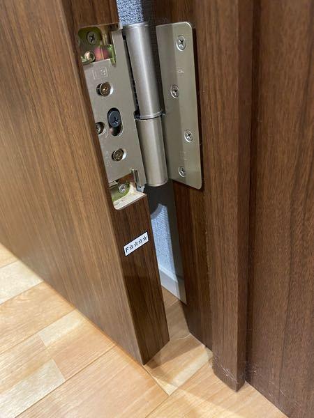 至急お願いしますm(_ _)m リビングのドアの1番下がズレてるのか床にすれてしまうのですが、調整の仕方がわかりません。 ドアを軽く動かすとこの棒で繋がっている部分がズレて少し動きます。これはどこかのネジが緩んでしまっているのでしょうか? 自分でなおせるものなのか、業者に頼むしかないのか教えていただけると嬉しいですm(_ _)m
