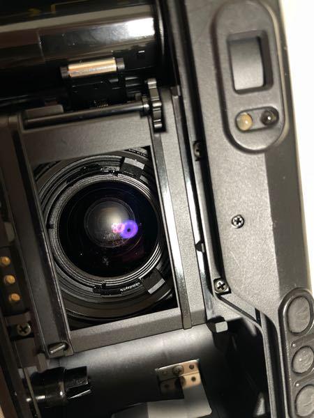 フィルムカメラについてです! フィルムカメラのフィルムを入れる時に蓋を開けると思うんですけどそこから見えるレンズ?みたいな所に傷のような跡のような何かがあるのですが大丈夫なのでしょうか? 当方初心者でカメラについての知識ほぼ0です! よろしくお願い致します!