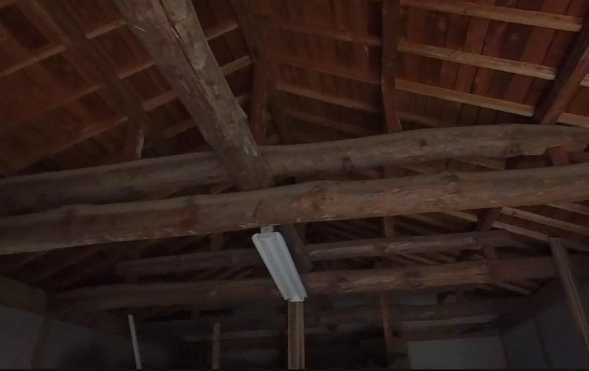 写真の建物(倉庫)があるのですが、地震のことを考え抜け防止に梁と束、束と屋根の接合部分に かすがい でも打ち付けて置いたほうが良いと思ったのですが、 このような建物は既に抜けないような構造になっ...