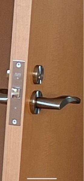 レバー式チューブラ錠のシリンダー交換について 部屋に画像のようなレバー式のドアノブがあるのですが、このドアノブの鍵部分がコインで開いてしまうものなのでシリンダー部分のみ鍵で開くものに交換したいの...