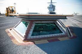 ニミッツ級などのアメリカ大型空母の飛行甲板に六角形のひょこっと突き出る(普段は収納されている?)ガラス張りの部分はなんと言うんですか? 発着の時によく見るので管制塔の補助とかしてるのかなぁとは思うんですが名称と具体的な役割を知りたいです ↓こんなやつ