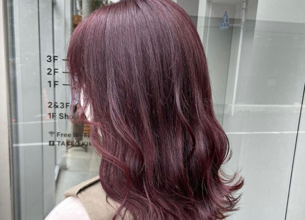 まっさらの黒髪からブリーチなしでwカラーでこのくらいの色に染めようと思っているのですが、色はどのくらい持ちますか?また、ブリーチ1回でこの色に染めた場合は色落ちした時どんな色になりますか?