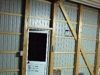 壁の貼り方(下の写真の壁)を教えて下さい。 我が家の車庫(下の写真)ですが、大工さんにとにかく安くとお願いしたので壁のトタンがむき出しです。  このままではあまりにチープなので、普通の家の室内の様な...