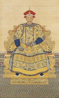 清朝皇帝の肖像画について質問です。 Wikipediaで何気なく見ていたのですが、4代目の康熙帝以降の肖像画(ご真影?)では、どの皇帝も首から提げている数珠みたいな玉の一部を摘んでいるポーズをしているのですが...