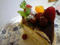 ケーキの上のハーブっぽいこれはパセリですか? 種類は何でしょうか?