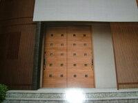 質問②玄関ドア、どちらがいいでしょうか? 全体はINAXにセラヴィオSの白をつかっています。 こちらは、セラヴィオWと迷っています。  玄関まわりは、INAXのせ千陶彩2のグレーです。 同じ千陶彩3の茶色とも...