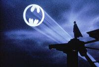 自分の部屋にバットシグナルを作ろうと思っています。 まずは知らない方のために  バットシグナルはバットマンの守る街、ゴッサムシティの市警がバットマンの助けが必要になった時に 彼を呼ぶため、曇り空に彼...