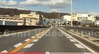 写真のような黄色の実線とそれを挟み込む白線の破線の車線の場合 進路変更は可能なんでしょうか?