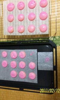 マカロンのひび割れの原因を教えてください。 今日、バレンタインのためにマカロンをつくったのですが失敗・・・・。 ちなみにhttp://www.cotta.jp/images/link_banners/rcpcir.gifのレシピを参考に作りました。...