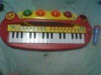 竹本ピアノさんにこちらのピアノ(マイク付き)を売ろうと思います。幾らぐらいで買い取って頂けますか?壊れているので無理でしょうか? 回答御願いします。