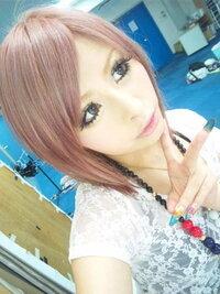 セルフカラーでこの髪色にするにはどうすればいいですか? ブリーチで何回色を抜けば綺麗なピンクになりますか?