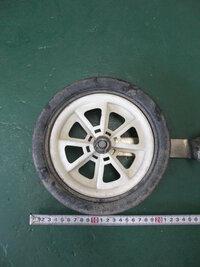 添付写真のようなプラスチック製の車輪を探しているのですが(50~100個程)ホームセンターやネットで探しても見当たりません。(写真の車輪は直径20cm、幅が3cmです) 写真のような車輪を作っている会社或いは販売しているお店等ご存知でしたら教えて下さいませ。  少しサイズが小さくなってしまうのですが、子供用自転車の補助輪のみ(金属ステイ等は不要です)でも構わないので、作っている会社をご存...